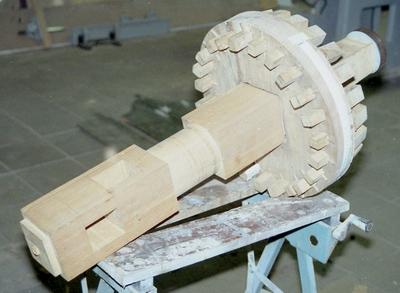 De bovenas met wiel en kammen