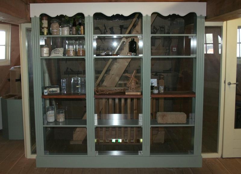 De voorlopig ingevulde vitrinekast op de Adriaanzolder.